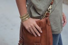 07 a brown leather bag with chain for a relaxed casual look at the weekend