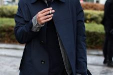 07 a relaxed look with a navy trench, black jeans, a black sweater and a beanie