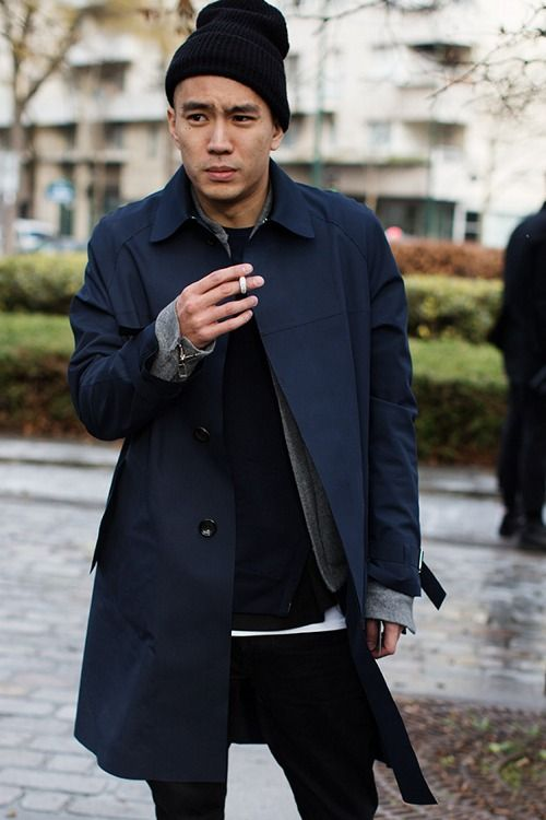 a relaxed look with a navy trench, black jeans, a black sweater and a beanie