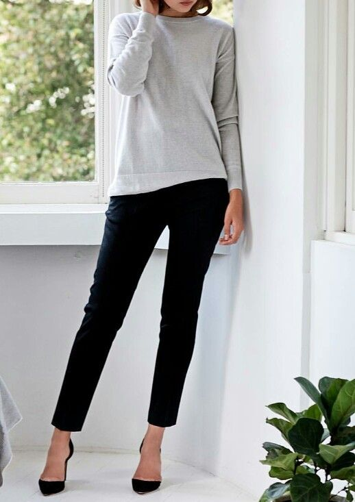 cropped black pants, a grey top and blakc heels is a simple and minimalist look