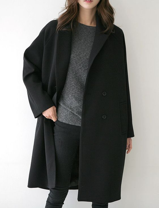 a simple fall look with black jeans, a grey sweater and a black coat to feel cozy