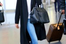 14 a casual look with cropped jeans, white sneakers, a white top, a black coat and bag