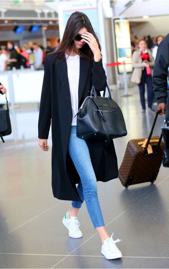 a casual look with cropped jeans, white sneakers, a white top, a black coat and bag