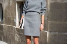 16 textural grey pencil skirt over the knee, a grey turtleneck sweater and shoes can be worn to work