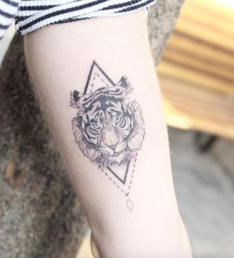 376714f8fd108 21 Tiger Tattoo Ideas For Ladies - Styleoholic