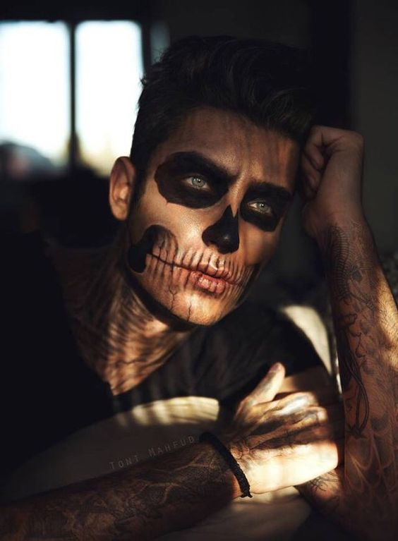 picture of chic skull makeup done inly with black touches looks pretty and dreamy