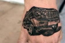 Interesting 3D tattoo on the hand