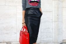 03 a black leather midi with pockets, black psiked heels, a grey sweatshirt and a red bag