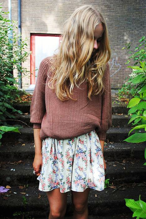 a dusty pink sweater with cropped sleeves, a floral mini skirt is a chic combo