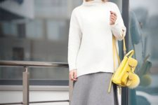 chic look with an yellow backpack
