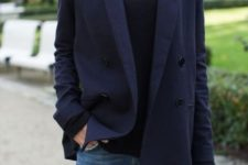 15 ripped jeans, a black turtleneck and a navy blazer of wool for a casual look