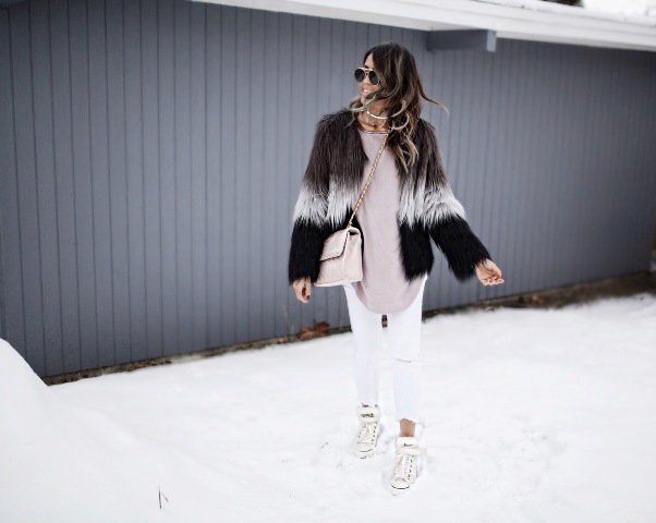 With beige oversized blouse, white crop pants, white sneakers and crossbody bag