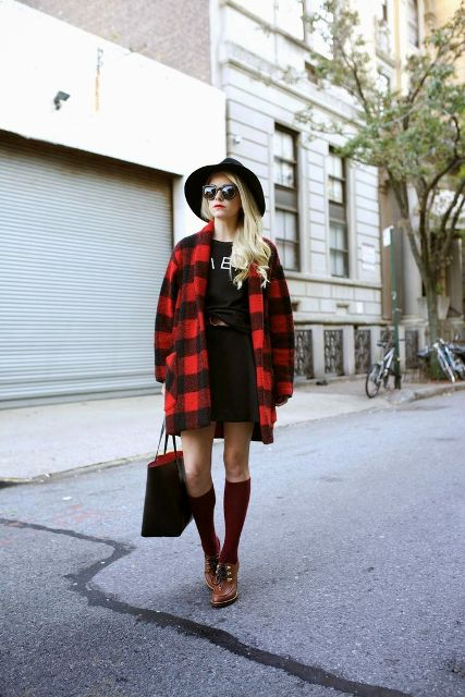 With printed t-shirt, mini skirt, wide brim hat and brown shoes