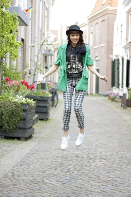 With t-shirt, printed pants, white sneakers and necklace