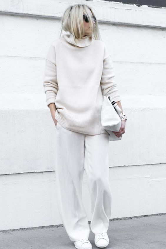a white turtleneck sweater and pants, a large bag and sneakers for a comfy sporty look