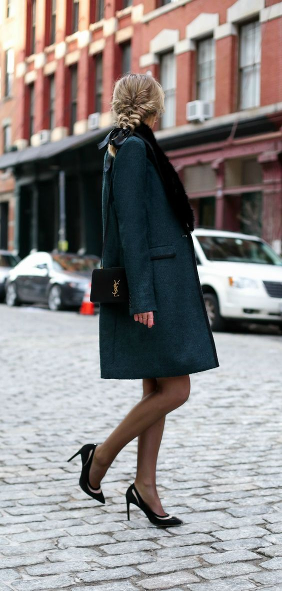 a dark green coat with a black faux fur stole looks very refined