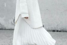 16 an oversized white sweater, a white pleated maxi skirt and white sneakers to feel comfy