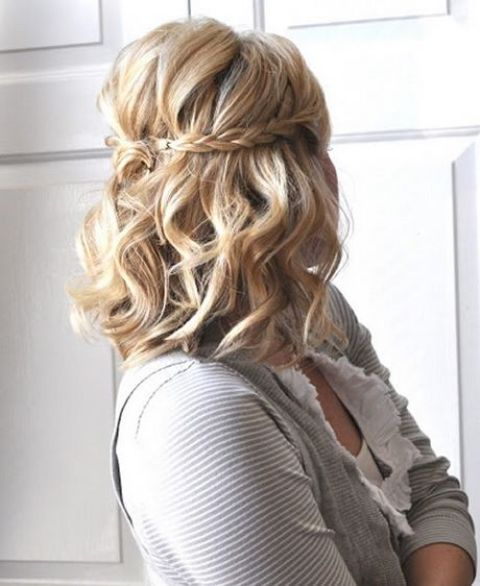 a wavy half updo with a braid is a chic idea for any girl
