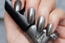 10 dark silver shimmer nails for a party look