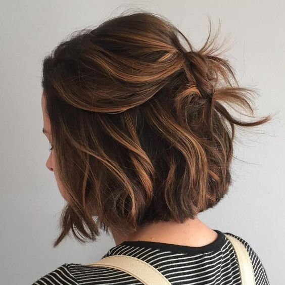 a messy hairstyle with bags looks voluminous and chic