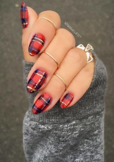 plaid nails with a touch of gold is classics for the holidays
