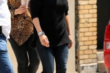 With black shirt, skinny jeans and printed pumps