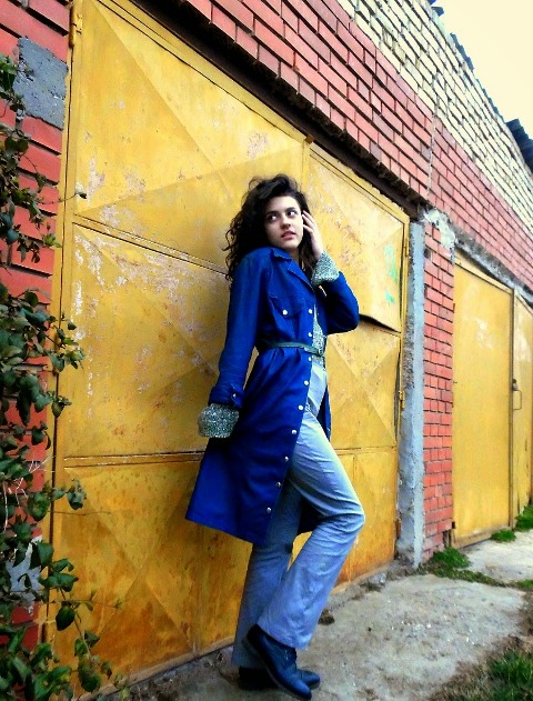 With blue pants, printed shirt, blue coat and belt