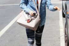 With t-shirt, printed leggings, colorful sneakers and beige bag