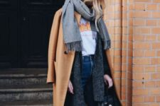 04 blue cropped jeans, Vans sneakers, a printed tee, a grey cardigan, a grey scarf and a camel coat