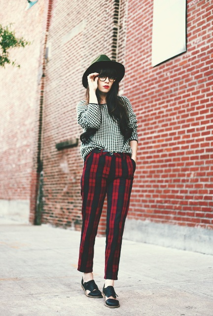 With printed shirt, black hat and shoes