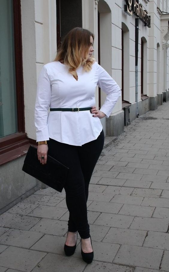 black skinnies, a white long shirt, a black belt to highlight the waist and a clutch