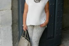 08 printed pants, a white top, a statement necklace, nude shoes and a grey bag