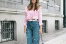 09 straight pearly jeans, a pink shirt, black heels and a bag for a girlish feel