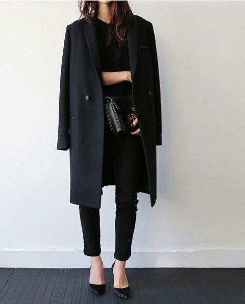black layers is an elegant idea, here jeans, heels, a top and a long coat