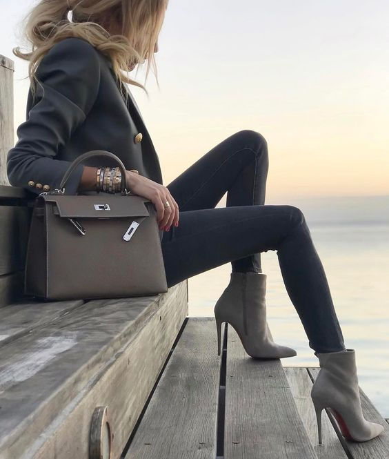 dove grey boots, a dark grey blazer, grey jeans, a grey bag for a wow effect