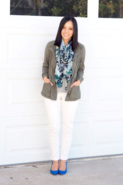 With gray shirt, white trousers, blue pumps and gray parka jacket
