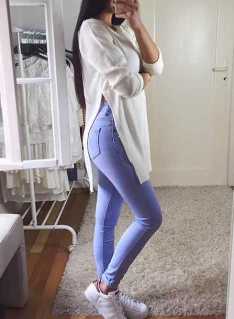 With lilac skinny jeans and white sneakers