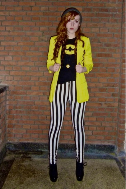 With printed t-shirt, yellow blazer and ankle boots