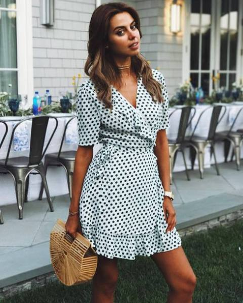 A quite relaxed look with a dress and a straw bag