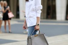 09 blue boyfriend jeans, a white shirt, black shoes and a large grey tote