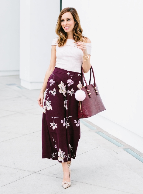 With off the shoulder shirt, pumps and bag