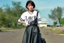 With printed loose t-shirt, lace up boots and leather bag
