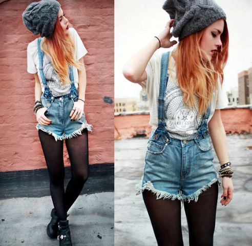 With printed t-shirt, tights, boots and hat