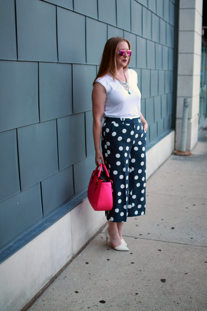 With white t shirt, white pumps and pink bag