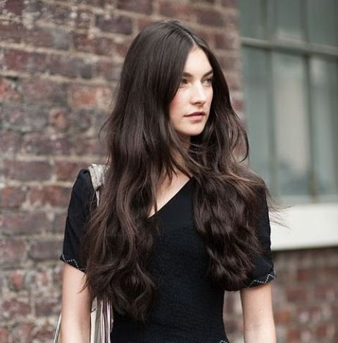 messy long dark hair with waves and a sleek top for an all-natural look