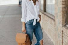 07 a white shirt, blue ripped jeans, brown slipons and a brown backpack for maximal comfort