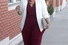 08 a burgundy jumpsuit with wide pants, a V-neckline, a white jacket and a printed clutch