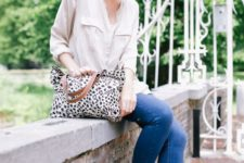 09 a creamy button down, blue skinnies, grey slipons for a printed bag for a casual Friday look