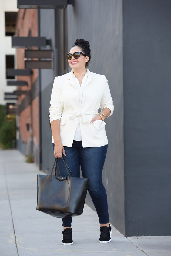 navy jeans, a white shirt, a creamy jacket, black sneakers and a black bag for a business casual look