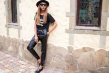 With printed t-shirt, hat and flat shoes